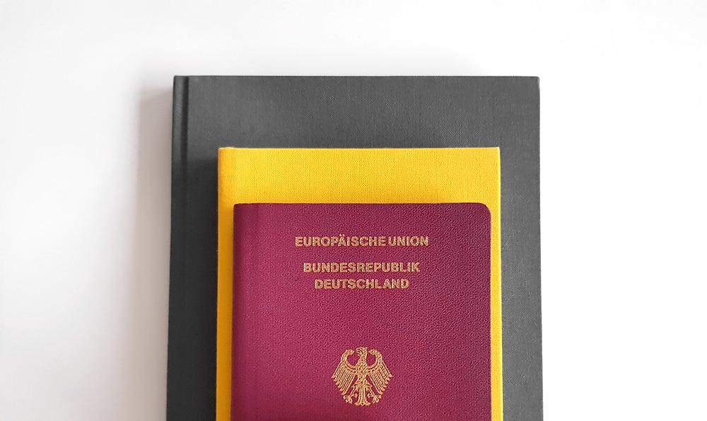 Reisepass auf Bücherstapel